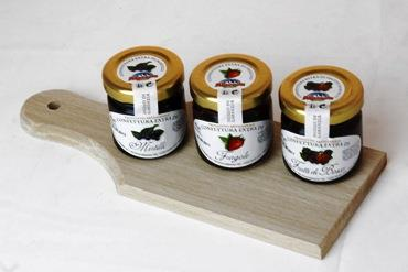 WOODEN CUTTING BOARD AND 3X40 GR. JARS OF JAM