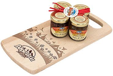 WOODDEN CUTTING BOARD AND 4 X 40 GR JARS OF CHUTNEY
