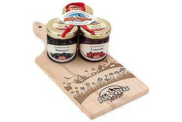WOODDEN CUTTING BOARD AND 4 X 35 GR JARS OF HONEY